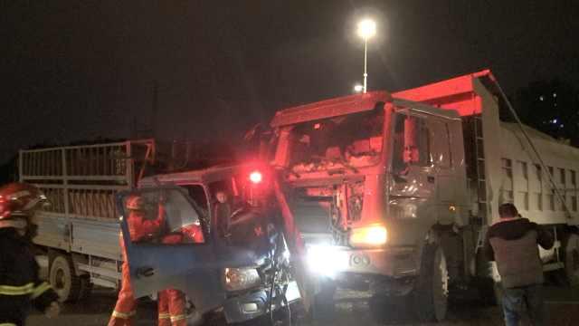 2货车相撞男子被困,车上淡定打电话