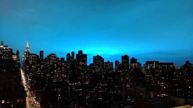 纽约电厂爆炸,天空闪烁魔幻蓝光