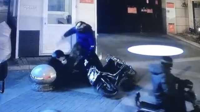 停车挡路被劝,他竟撞倒踢打女保安
