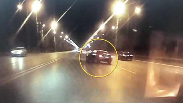 奥迪违规变道被撞,司机查看被撞亡