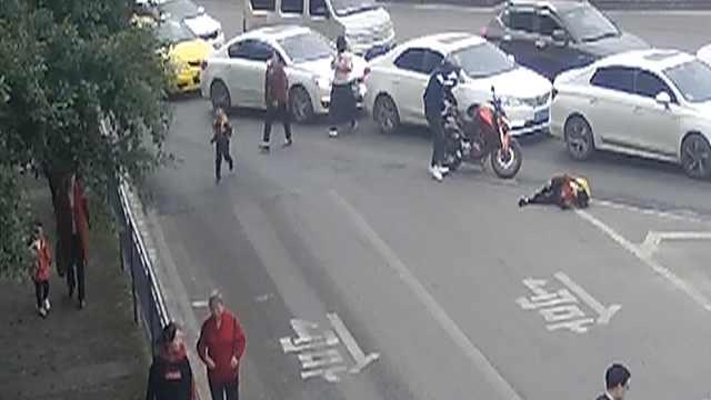 她横穿马路被撞倒,前面就是斑马线