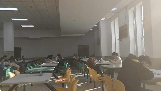 WiFi热水暖气足,学生扎堆食堂复习