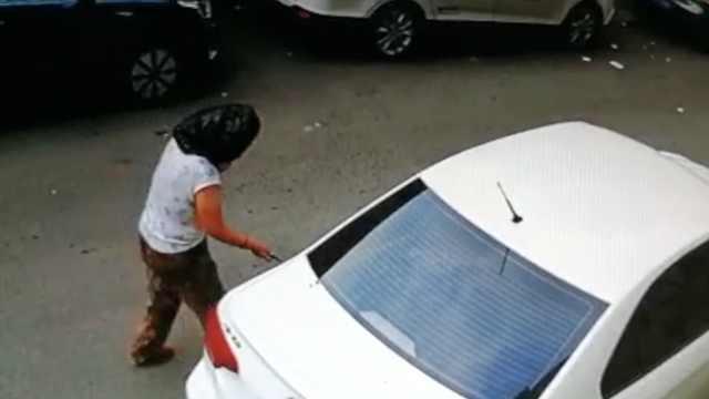 大妈头套黑袋扎邻居车胎,车主看笑