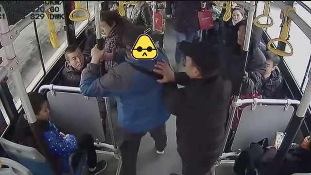 男子不刷卡还骂司机,3乘客出手拽走
