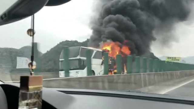 大巴车高速突起大火,多车堵成长龙