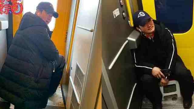吴京自带小板凳坐火车太接地气