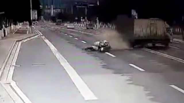 货车违法调头撞警车,23岁辅警牺牲