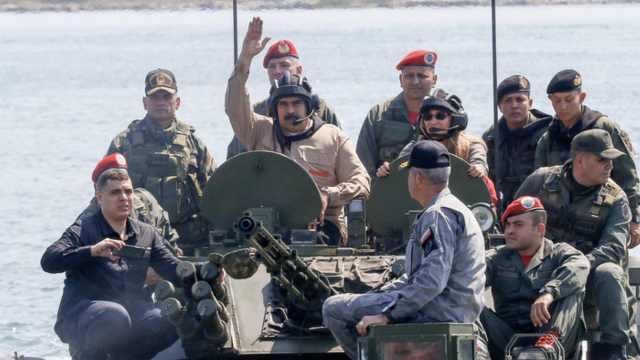 马杜罗现场观摩军演,展示军方忠诚