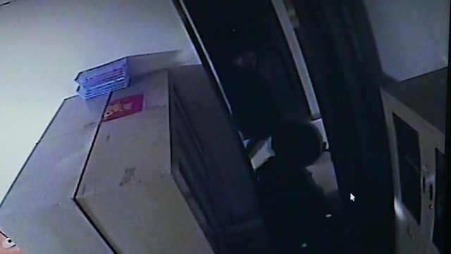 商场遭砸墙连环盗窃,窃贼被抓正着