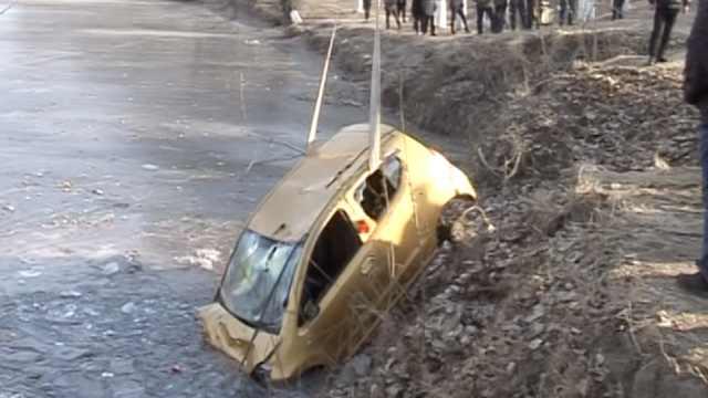 囧!车坠河被冻住,打捞时轮胎竟消失