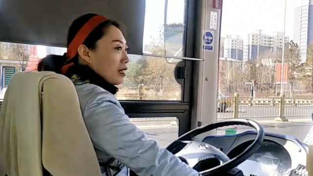 抢眼!她穿蒙古袍开公交,用双语播报