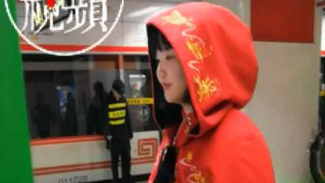 猛犸视频丨郑州一女生穿汉服坐地铁