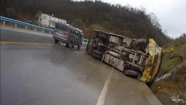 客车猛撞山体侧翻,车上7人毫发无伤