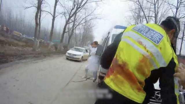 他误割动脉休克,交警送医染红警服
