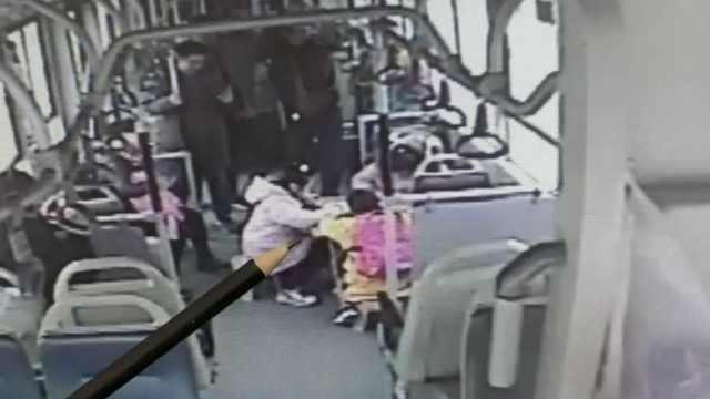 3小学生公交赶作业,车长支桌搬凳