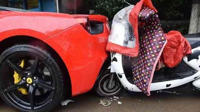 学生骑车看手机撞法拉利,车损20万