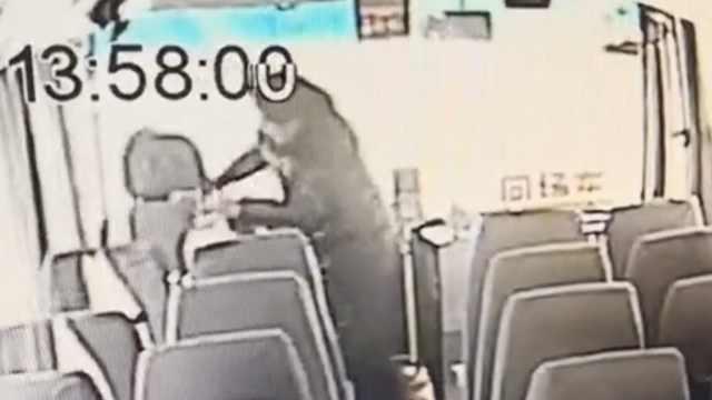 男子公交坐过站怒抢方向盘,被刑拘