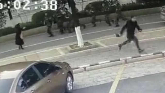 男子当街抢劫转身遇1队武警,被生擒