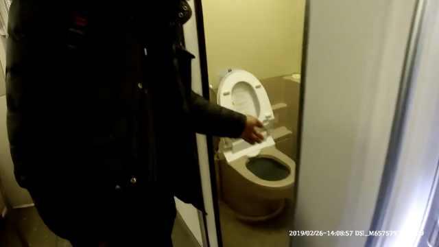 男子躲在高铁厕所抽烟,致列车缓行