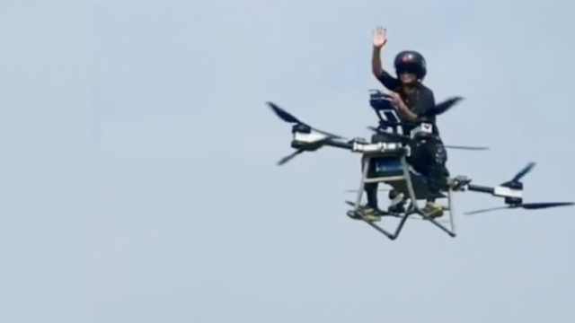 男子骑摩托飞行百米,视频火到国外