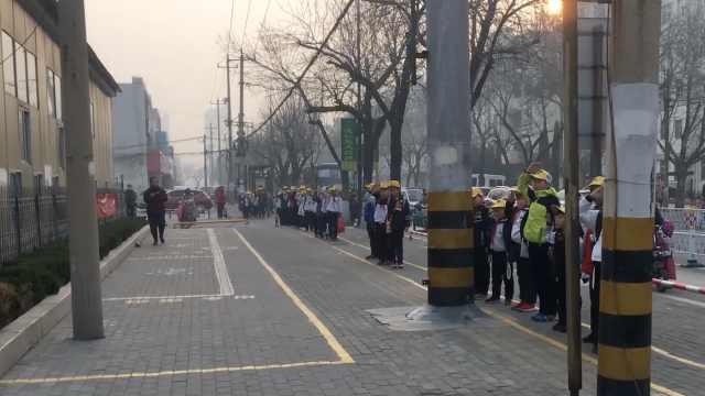 国歌声响起,小学生校外站一排敬礼