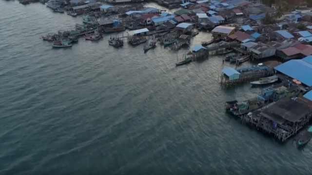 废弃鱼网竟成柬埔寨渔村大祸害