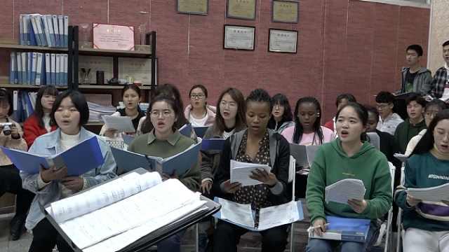 留学生首进大学合唱团:中文有点难