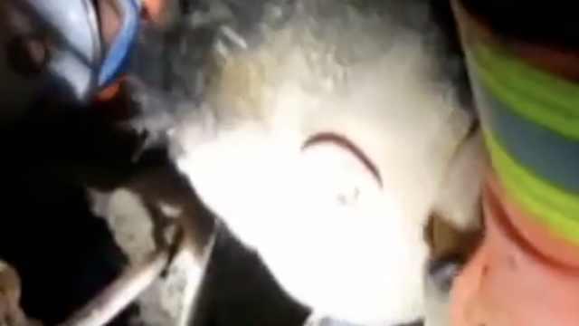 山西8岁男孩被埋,消防连声安抚暖哭