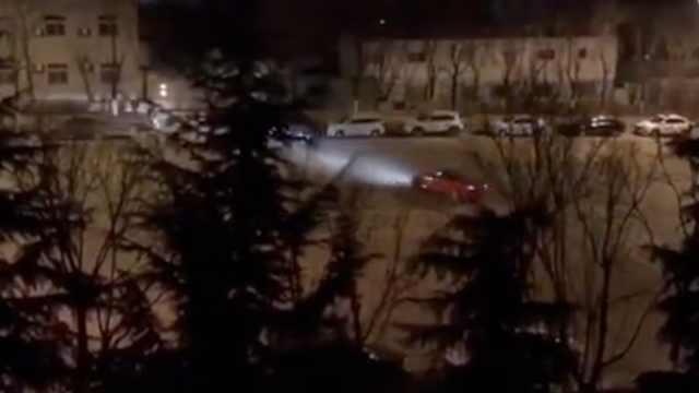 小车深夜跑高校旁玩漂移,噪音震耳