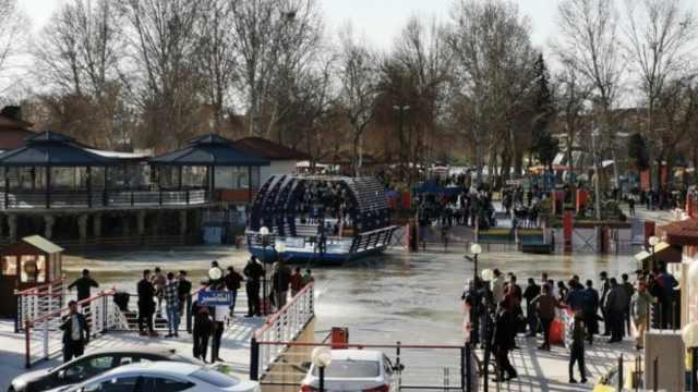 庆新年当天,渡轮倾翻近百人溺毙