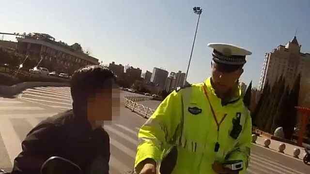 男子辱骂交警,还想找理由逃跑