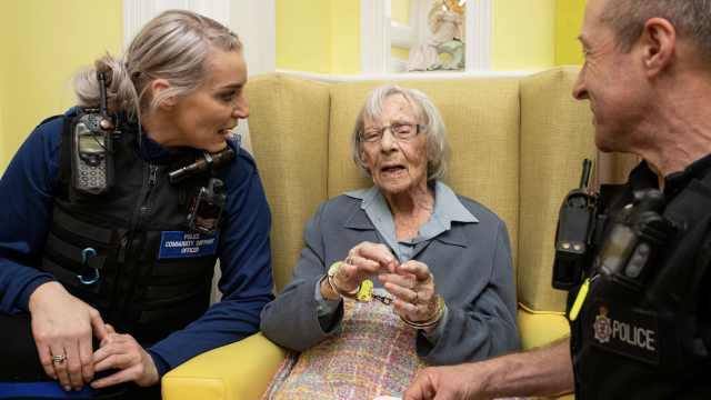 104岁老人终圆梦:被警察逮捕一次