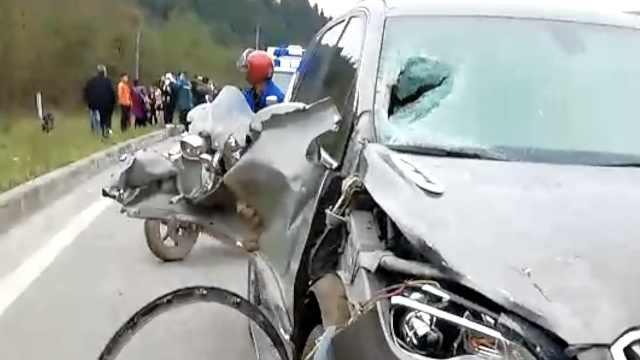 男子借朋友车开,撞飞5人致2死3伤