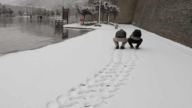 冬奥小城喜迎春雪,小伙兴奋打雪仗