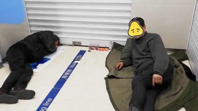 民工自带床垫睡ATM室,市民不敢取钱