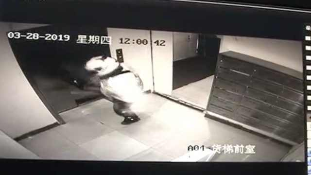 外卖哥1脚踹停电梯,爷孙吓得抱一块