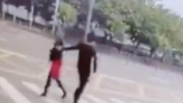 女子街头被袭胸,反手就是一巴掌