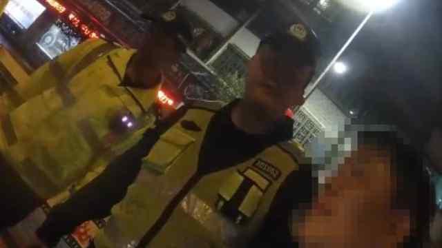 大方县交警夜查酒驾,男子拒绝检查