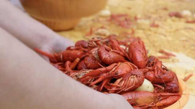 小龙虾最豪迈吃法:市民用盆抢千斤