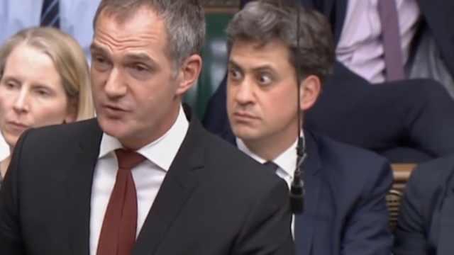 英议会遭裸体抗议,议员们眼神亮了