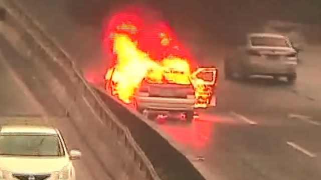 汽车在行驶时突发自燃,无人员伤亡