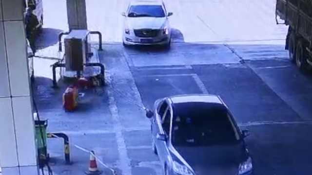 段子成真!司机一脚油门拽倒加油机
