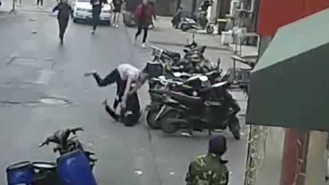 提要求被拒男子殴打女子,摔伤民警