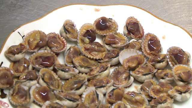 这贝壳烫10秒就能吃,掰开全是
