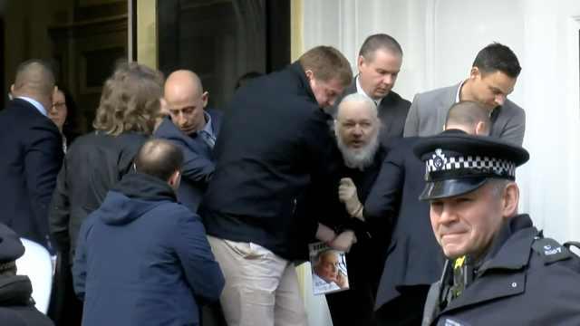 阿桑奇被捕画面曝光:被拖出大使馆