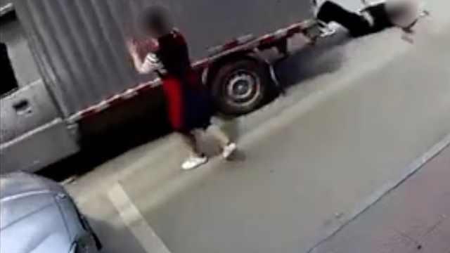 监拍:男子占车道卸货,遭自己车碾压