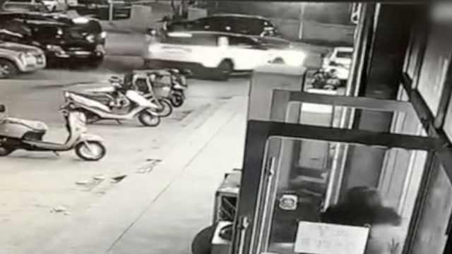 出路被挡,女子一脚油门撞开挡路车