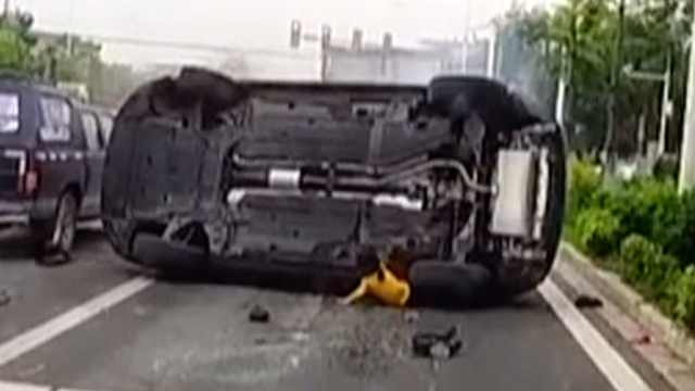 女童被压车底,众人掀翻汽车救人