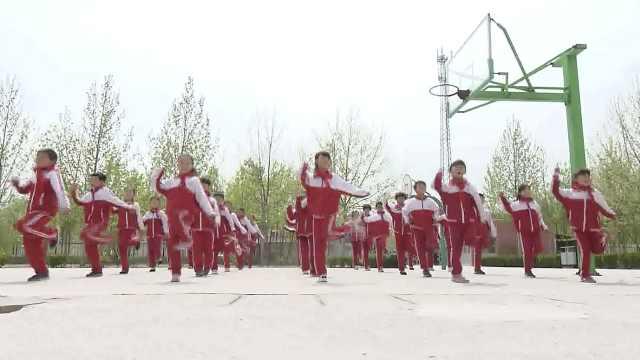 小学课间操跳鬼步舞,学生:放松了