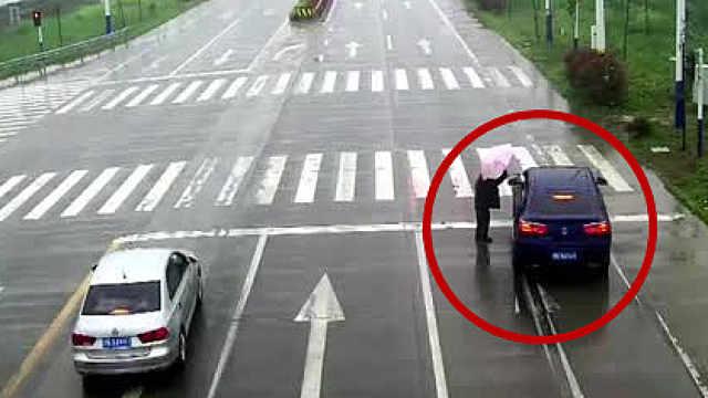 见老人淋雨,小轿车里撑出一把伞